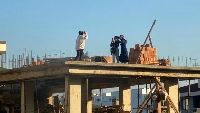 Gençlerin çatıda fotoğraf aşkı yürekleri ağza getirdi