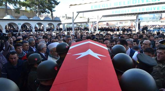 Afrin Şehidinin Cenazesinde Duygulandıran Kare! Komutan, Koltuk Değneğiyle Geldi